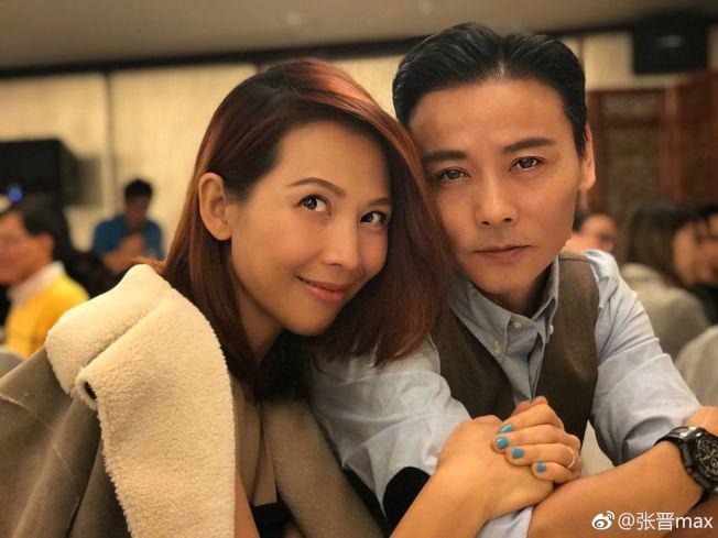 張晉(右)拿下香港金像獎男配角獎時,曾對太太蔡少芬(左)傳情,「很多人說我這輩子都要靠她,是的,我想我這輩子的幸福都靠她。」(翻攝自張晉微博)