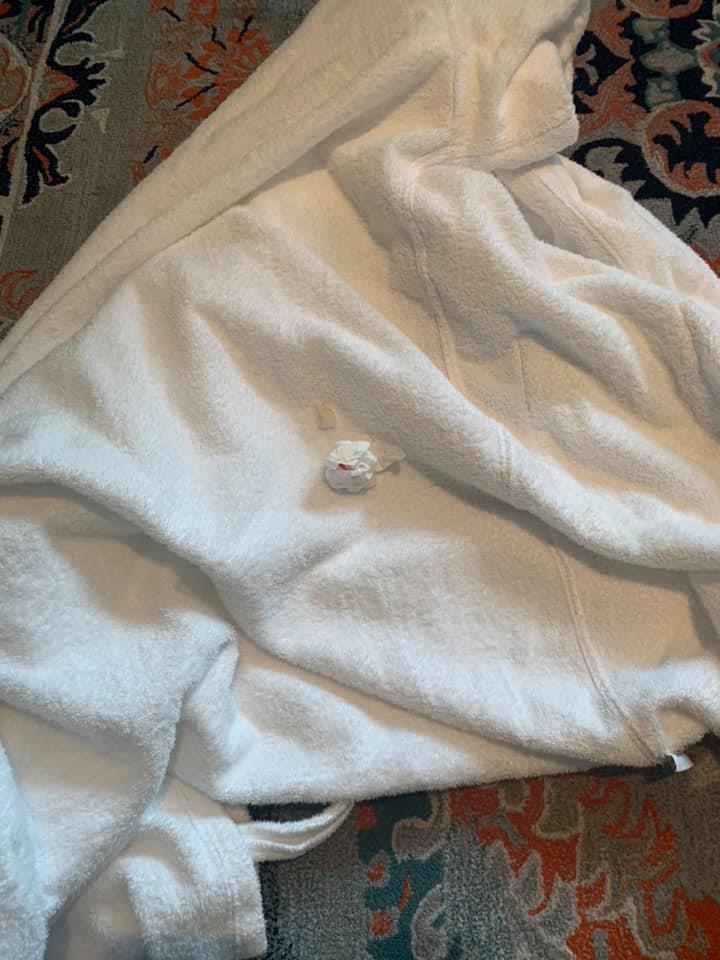 沾有血漬的衛生紙黏在浴袍裡,讓侯佩岑留下陰影。(翻攝自侯佩岑 Patty Hou臉書)