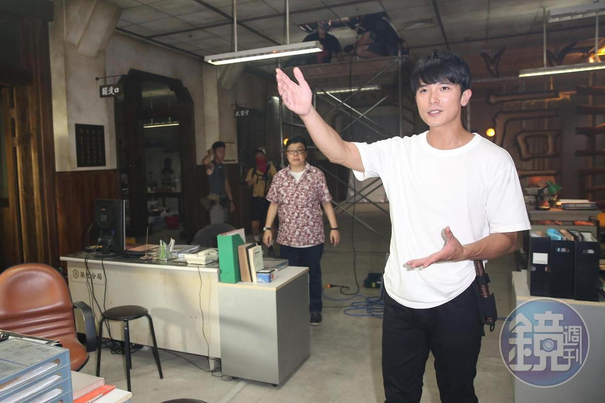 男主角邱澤(右1)與監製葉如芬(右2)在拍片現場。(本刊資料照片)
