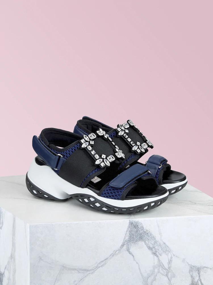 Viv' Run深藍色鑽釦涼鞋,NT$41,600。(迪生提供)