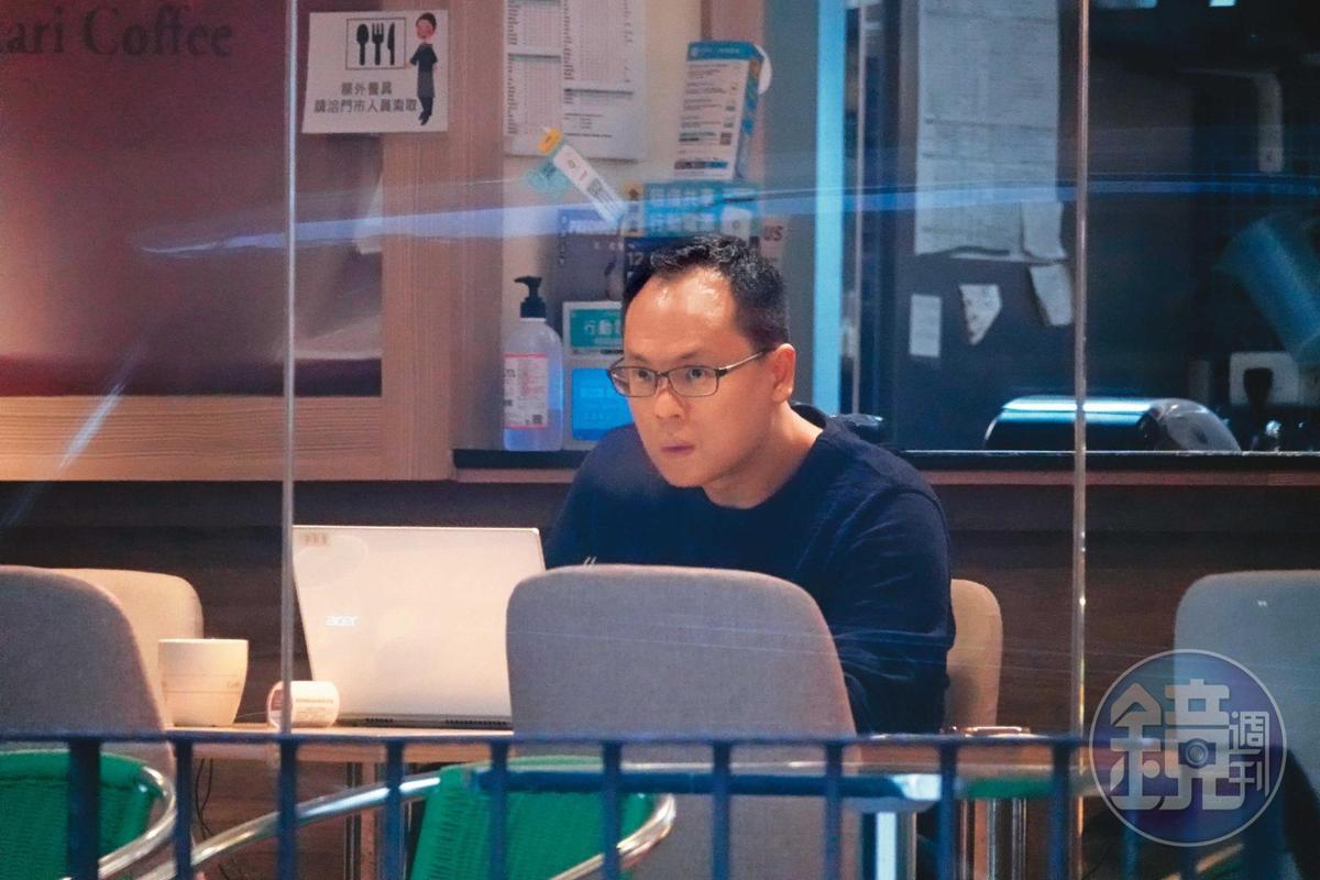04/17 17:45 董德堉(圖)在台北市政府附近的咖啡廳打筆電,順便等凌下班。