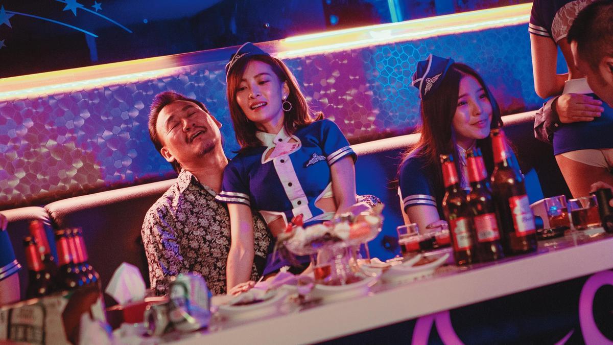 影片特別就李亦捷(中)飾演的酒店小姐請「酒店顧問」,真實呈現酒店的人物與場景細節。(好威映象提供)
