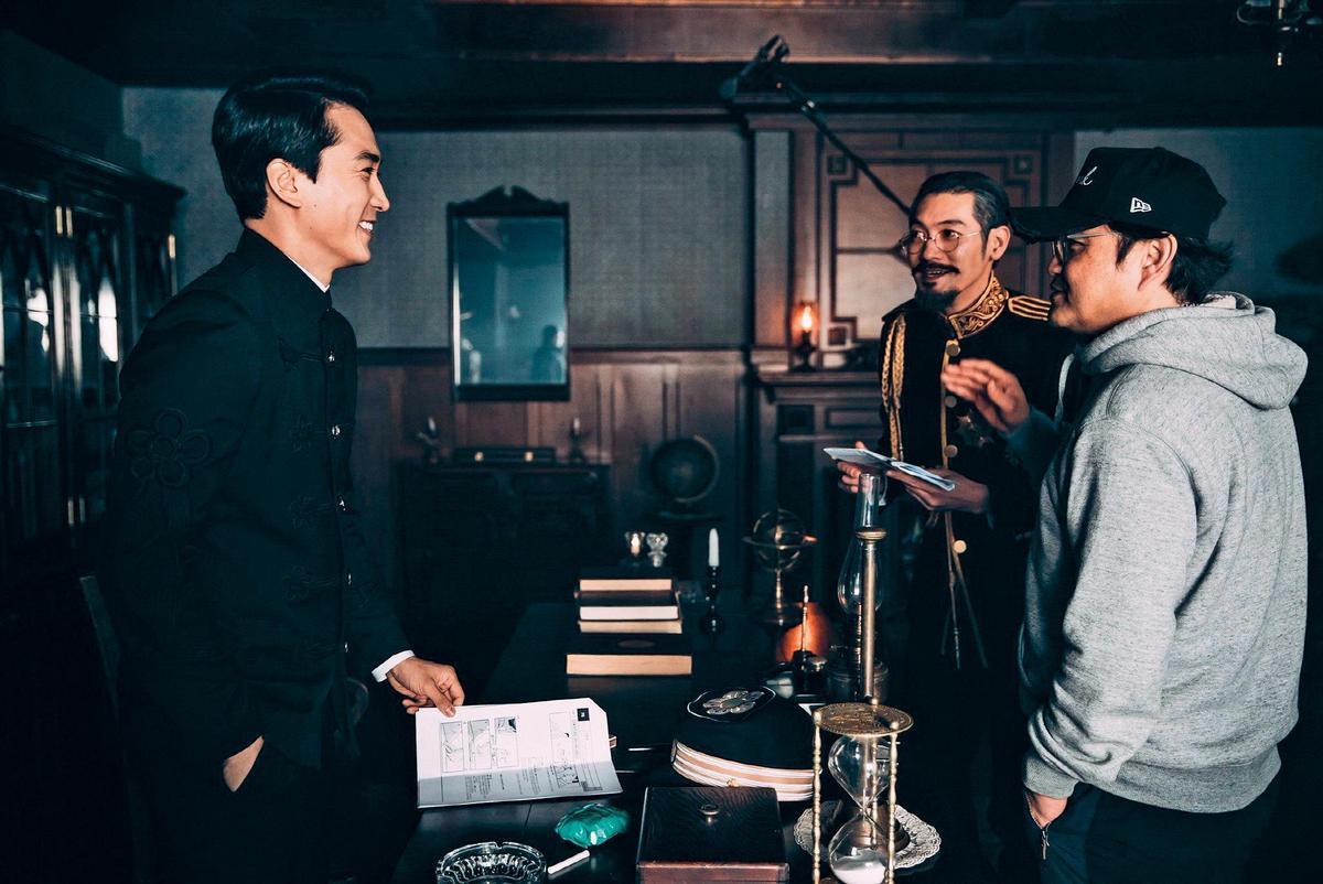 李元太(右)自編自導的第一部電影《獄火重生:金昌洙》改編自 「韓國國父」金九的故事,宋承憲(左)在片中飾演貪婪暴力的監獄典獄長,出道以來首次挑戰反派角色。(翻攝自Naver)