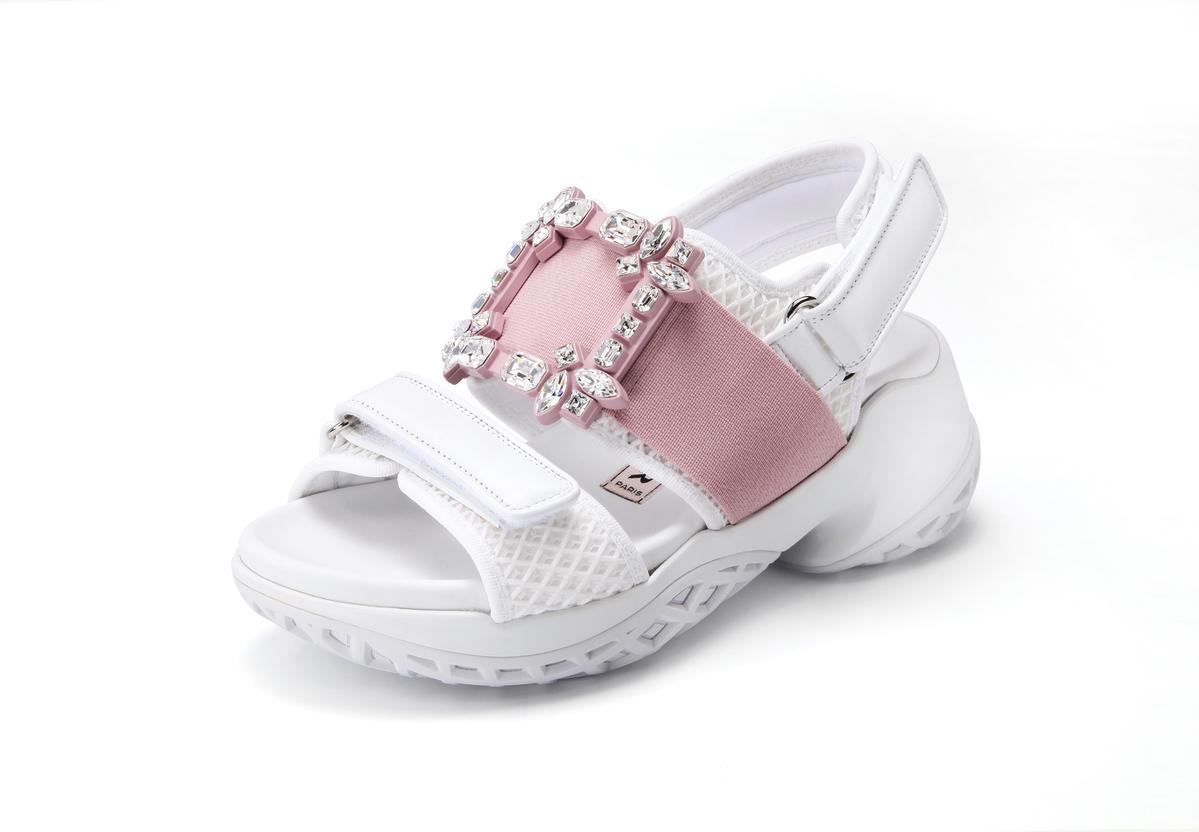 台灣限定色Viv' Run粉白鑽釦涼鞋,NT$41,600。(迪生提供)