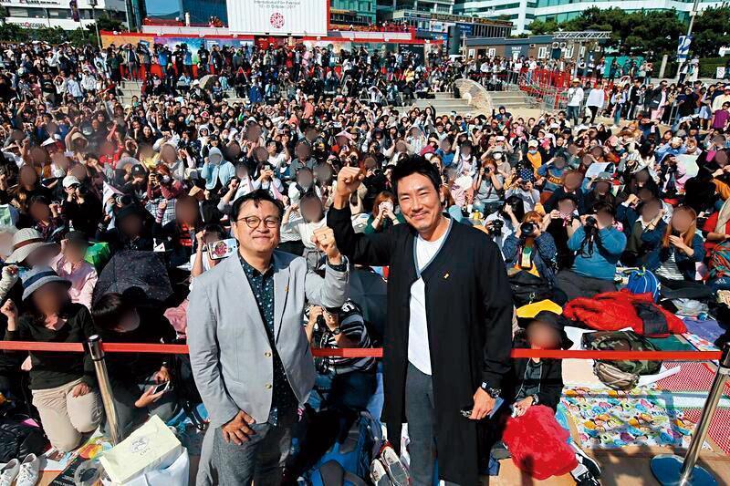 李元太(左)前年以電影處女作《獄火重生:金昌洙》登上釜山影展,與男主角趙震雄(右)受到影迷熱烈歡迎。(翻攝自Naver)