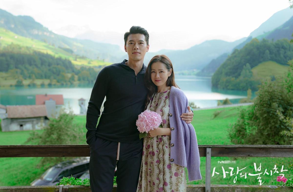 照片中孫藝真以外套或花束遮擋肚子,但官方未有正式說明。(翻攝自tvN推特)