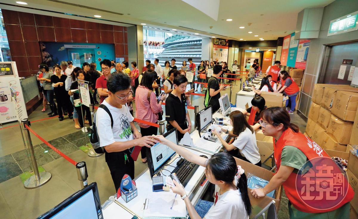 剛開幕時,京華城號稱全台最大購物中心,有別於其他百貨公司,過去週年慶時,獨採現金回饋,吸引滿滿人潮。
