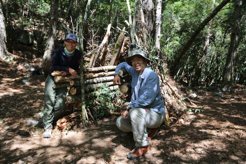 麥覺明(右)與「黑熊媽媽」黃美秀(左)相識逾20年,期盼藉《黑熊來了》喚醒大眾對台灣保育危機的認知。(大麥影像傳播工作室提供)
