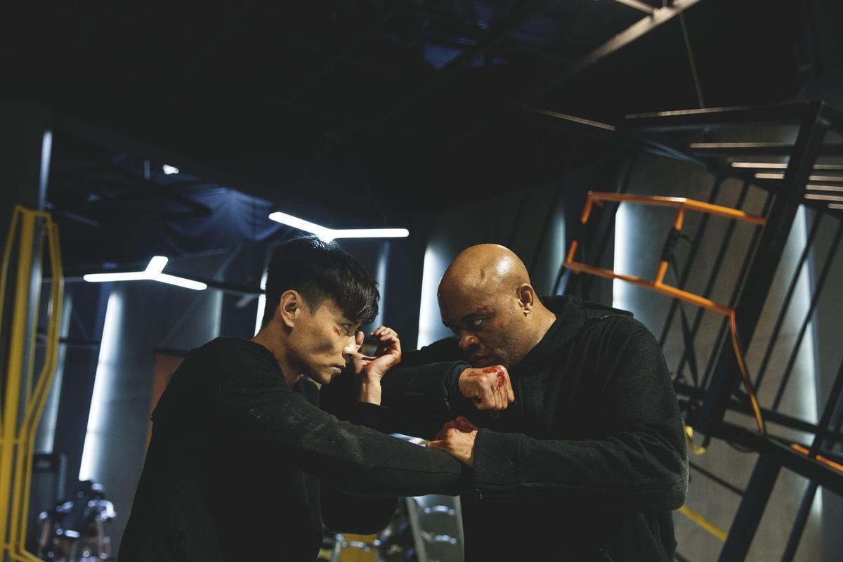 在《九龍不敗》中,張晉(左)與拳王安德森(右)拍戲時很辛苦。因為安德森不太會收力,但為了效果,張晉也不要他收力。(華映提供)