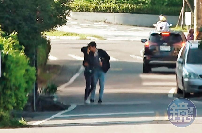 激擁吻:愛意藏不住!劉男在頭城路邊直接熊抱起學姐激吻,接著還「倒退嚕」邊走邊親,熱吻長達20秒。