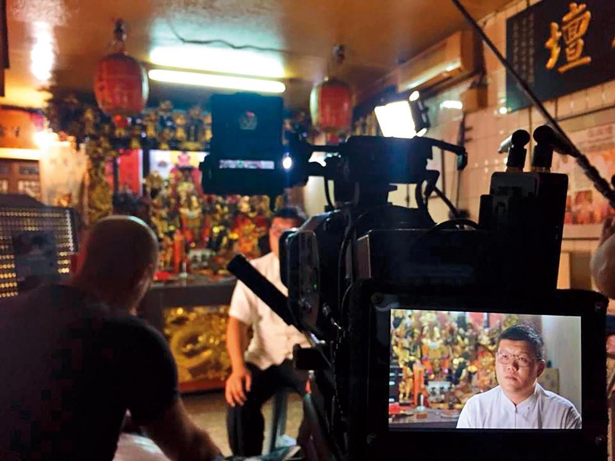 通靈少女背後的神隱世界》記錄台灣宮廟習俗及民間信仰,還原《通靈少女》的真實狀況。(HBO Asia提供)