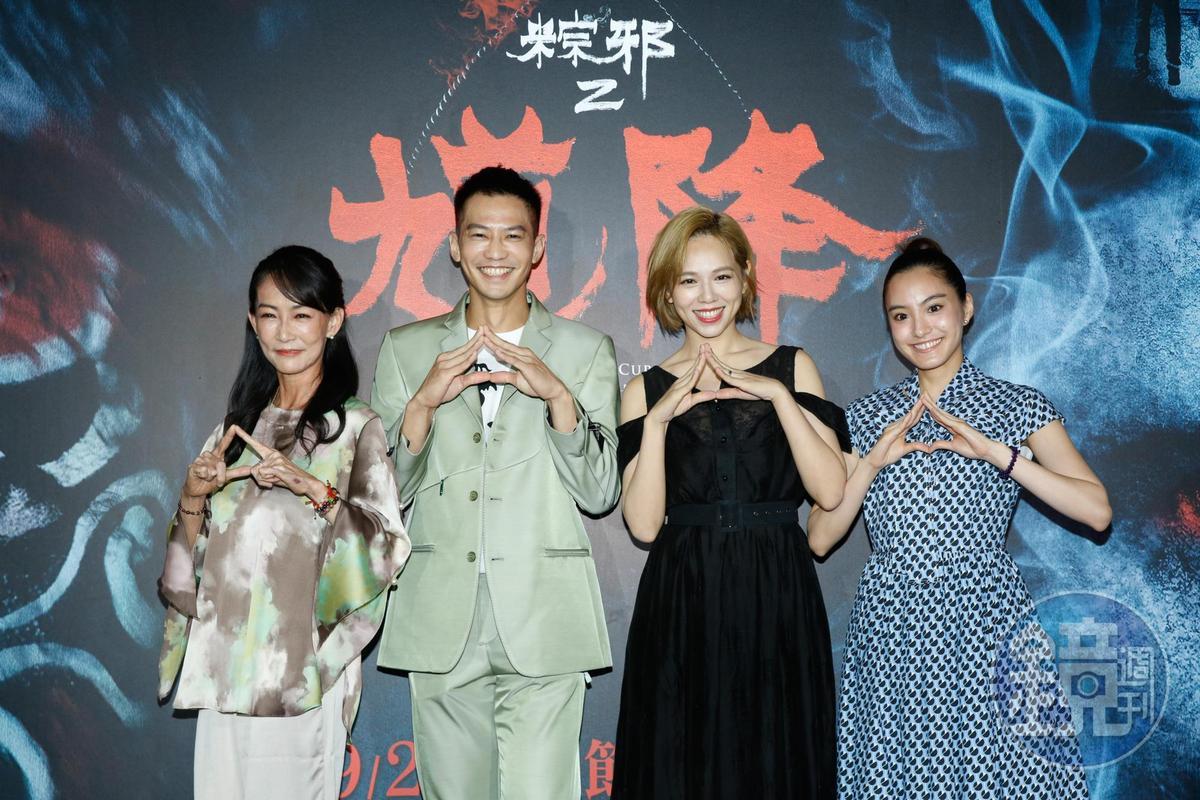 應采靈(左起)、鄒承恩、夏于喬、陳希瑀,都是第1集的代表,所以都手比「粽子」。