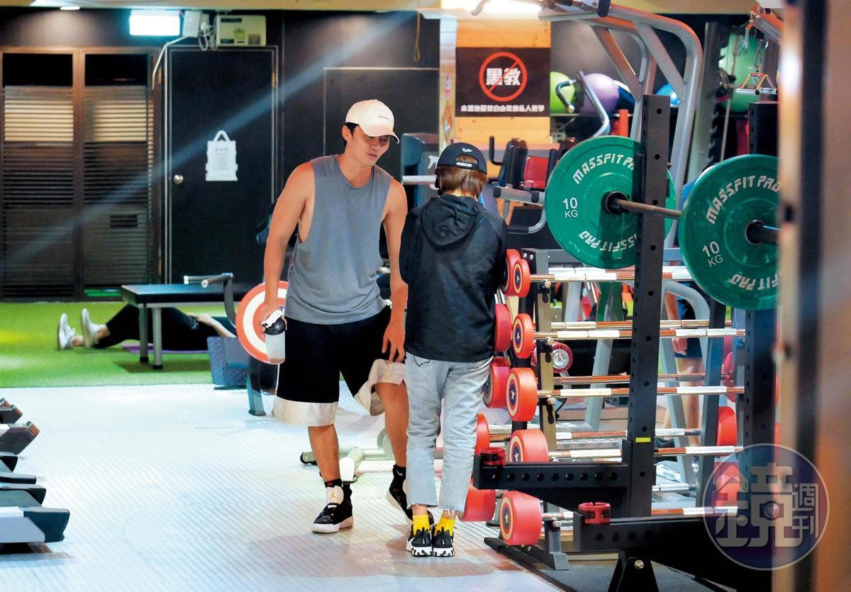 22:33,王瞳進了健身房後,馬俊麟用一身的大肌肌迎接她,感覺2人聊得頗爽。
