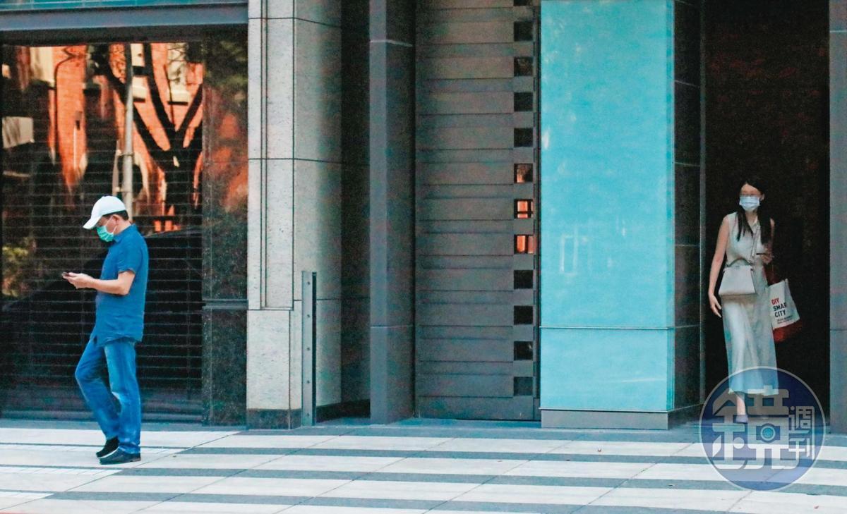 10/04 10:54 高志鵬與女友互動模式固定,一人會先待在住處大廳門後,另一人步出大門或上車後才跟上。
