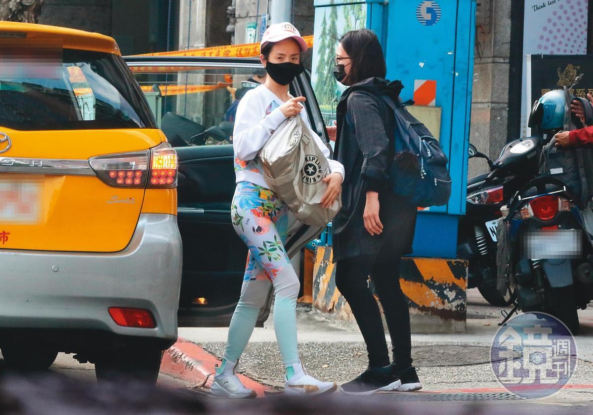 4月15日15:41,不僅背影,林依晨(左)的肚子也是一片平坦,雖然她一直很想要有喜,而且試圖做人工受孕。