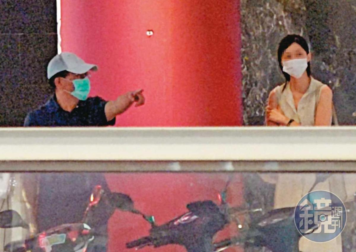 21:36 高志鵬休假最後一夜與家人到逸仙樓聚餐,但與女友在戶外都全程戴口罩,更一路維持社交距離。