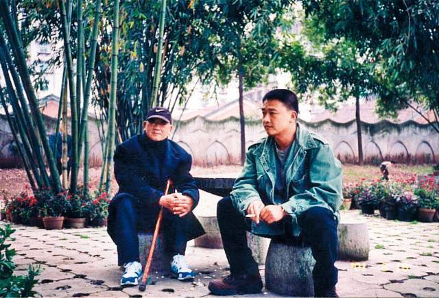 紀錄片《山有多高》中,湯湘竹(右)透過鏡頭呈現老兵父親(左)的鄉愁。(湯湘竹提供)
