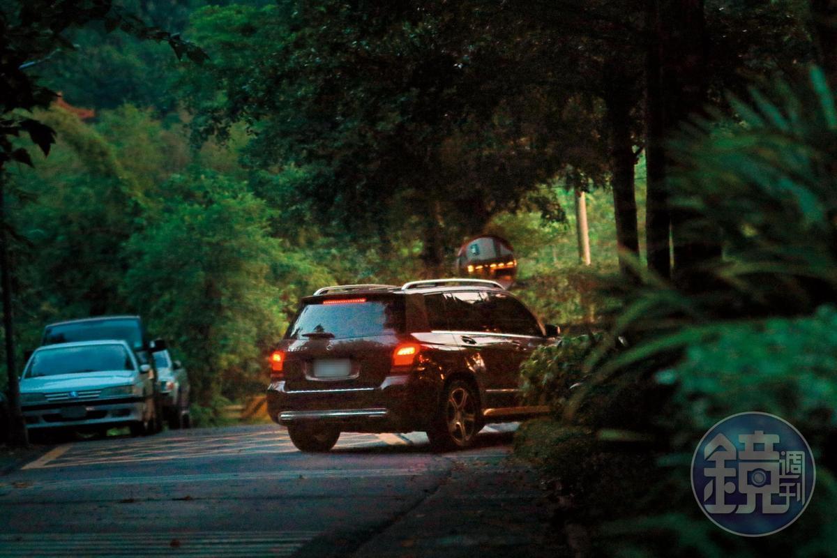 7/20 18:39 梁靜茹老公趙元同所開的賓士車,最後的目的地並非與梁靜茹的愛巢,而是往木柵山上的社區。