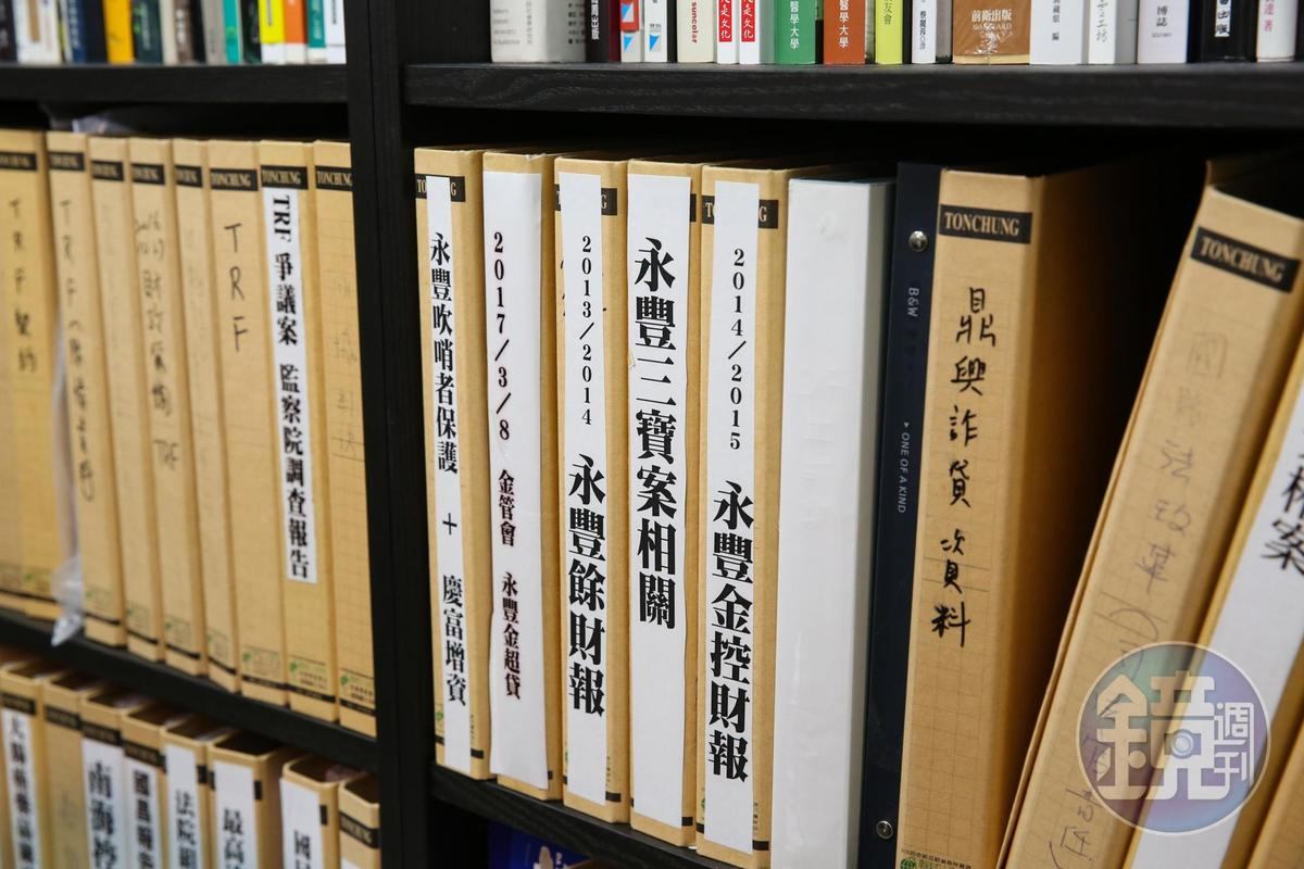 黃國昌的書櫃上,擺滿他在立委任內所監督的弊案。