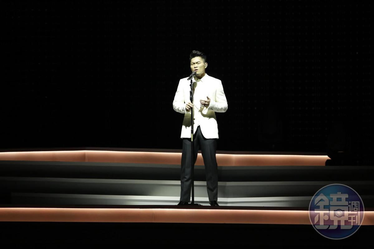 演唱會一開始,李玖哲以白馬王子的情歌造型出場。