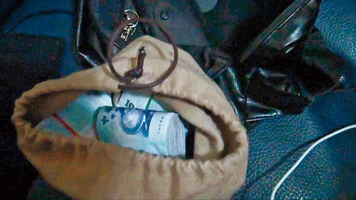 警方搜索陳福祥住處,發現槍支、子彈及四十多萬元現金。(警方提供)