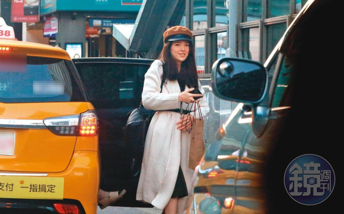 15:51, 許瑋甯搭計程車去百貨公司,下車時,左手低調的婚戒再一次宣示了她的人妻身分。