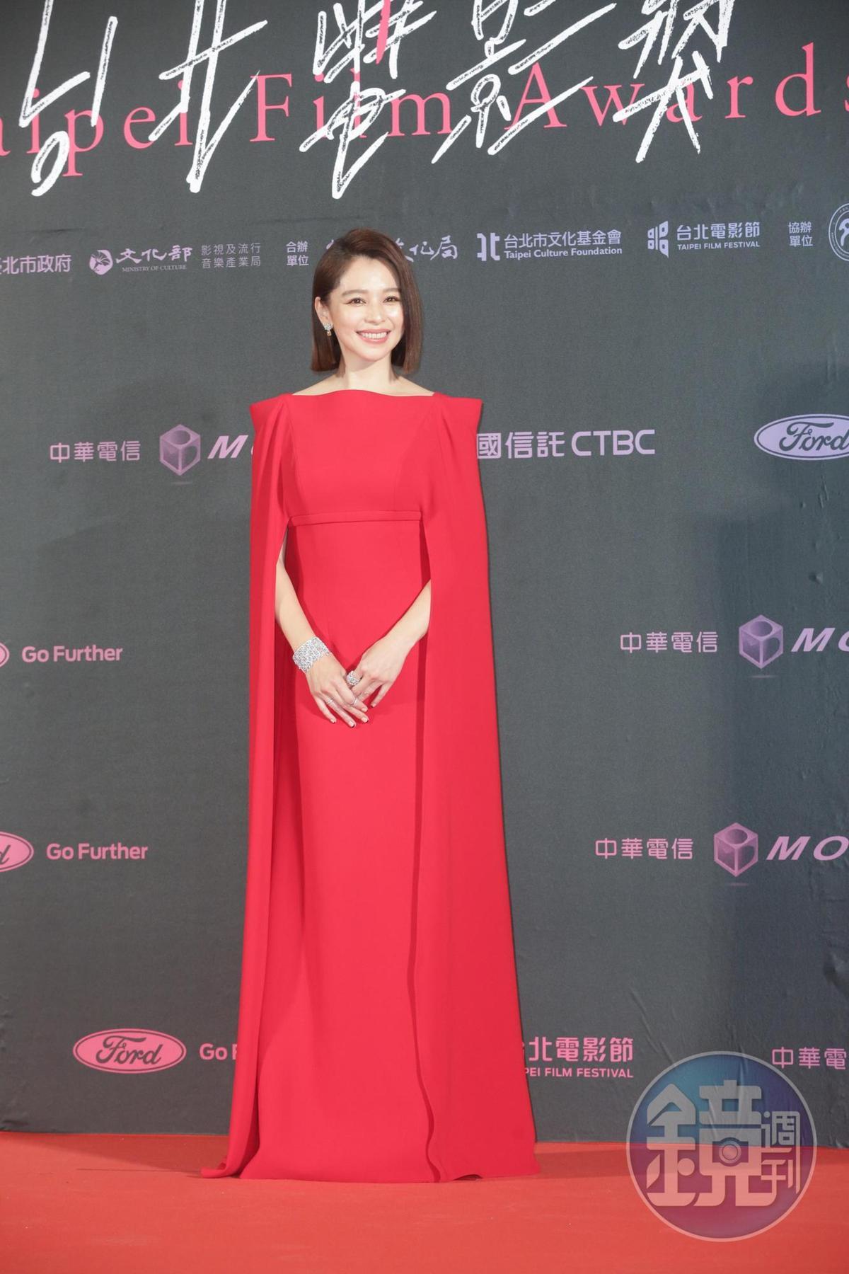 徐若瑄自稱這身是紅衣黛妃look,但兒子不懂,以為她是超人。