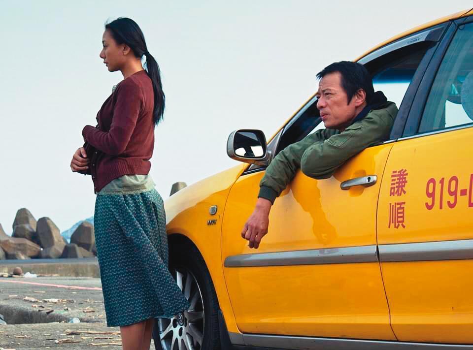 施立編導,高慧君(左)、吳朋奉(右)主演的《離家的女人》,獲高雄電影節國際短片競賽優秀影片獎。(施立提供)