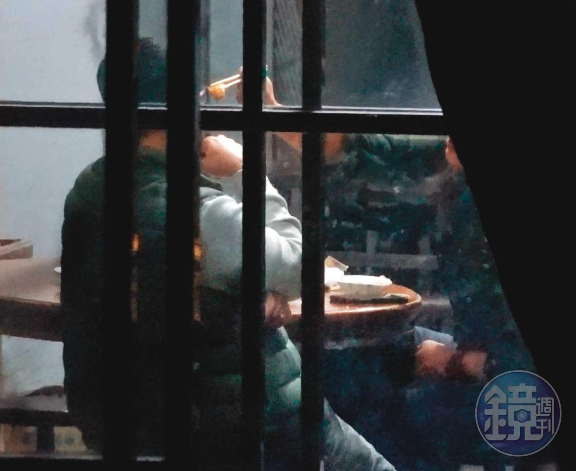 19:05 凌(右)見董(左)忙於滑手機,貼心夾了雞肉餵董吃。
