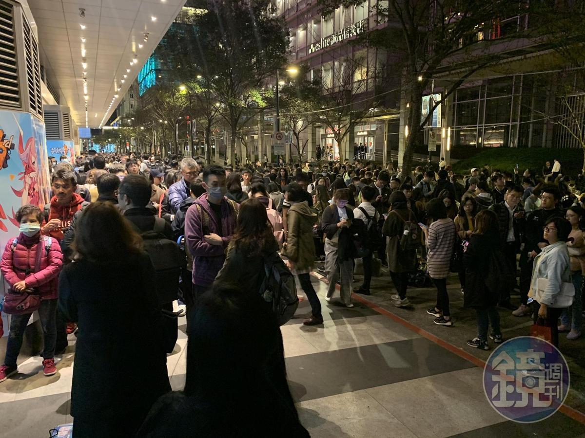 投票前一天(10日)深夜23:49,台北轉運站內還是排滿返鄉人潮。(首都客運提供)