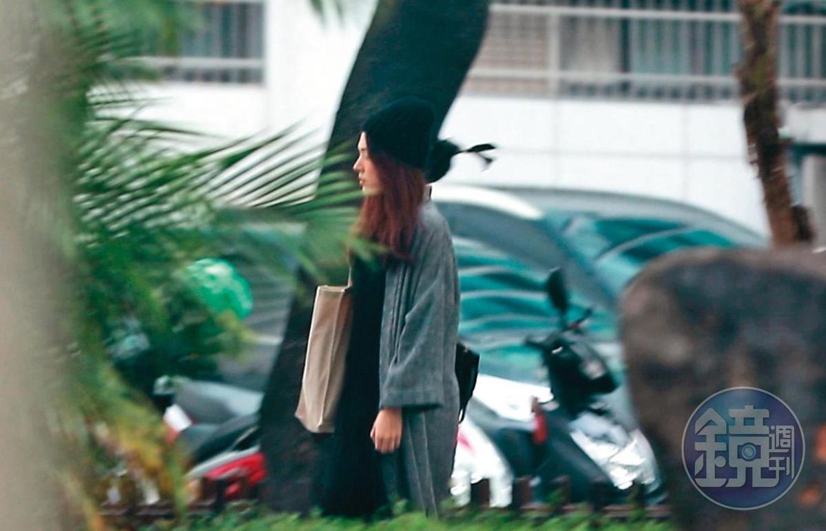 12/10 14:54,許瑋甯從中正區巷子的新家出門,全程毫無任何掩飾,路人們也發現她的存在。