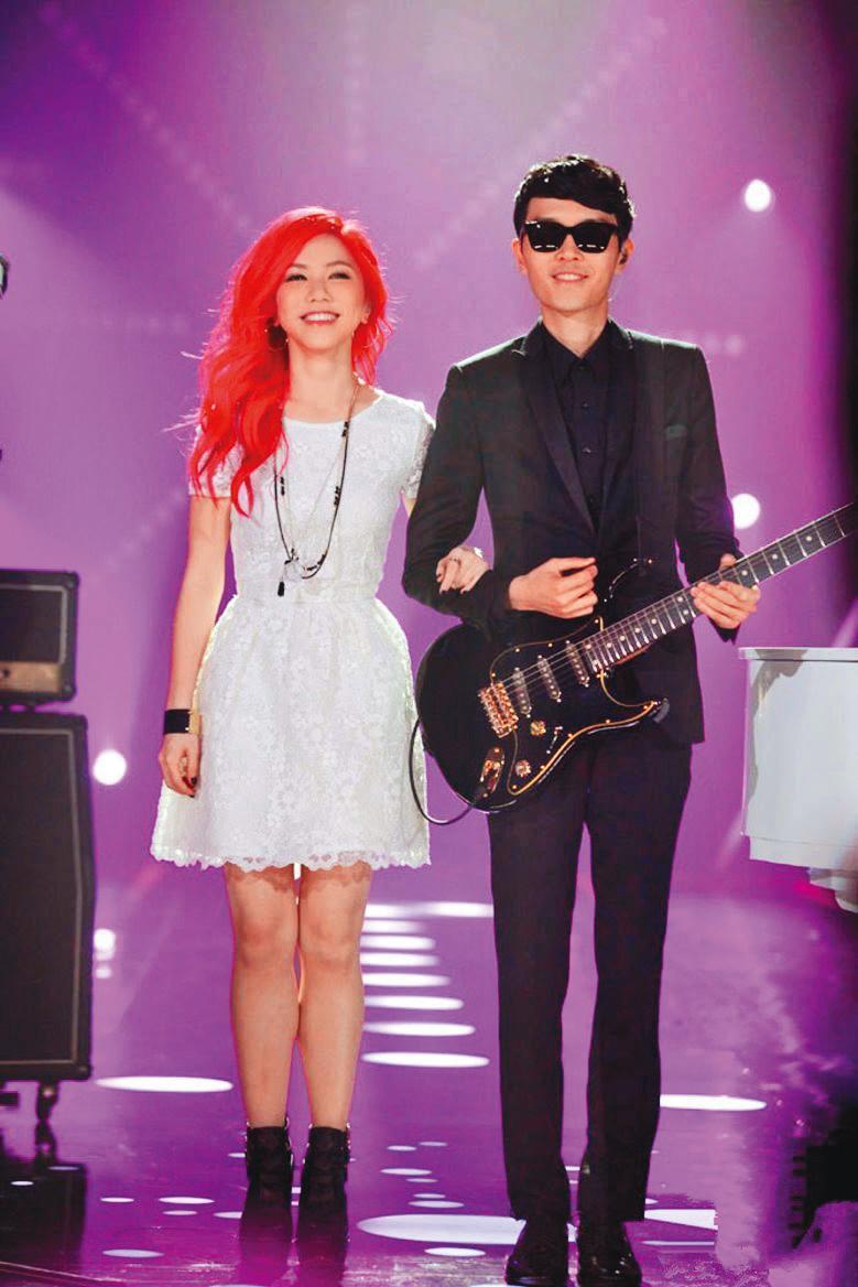 鄧紫棋(左)出道時就小有名氣,但只在香港比較有名,直到她參加《我是歌手》選秀節目,名氣逐漸提升。右為方大同。(翻攝自我是歌手微博)