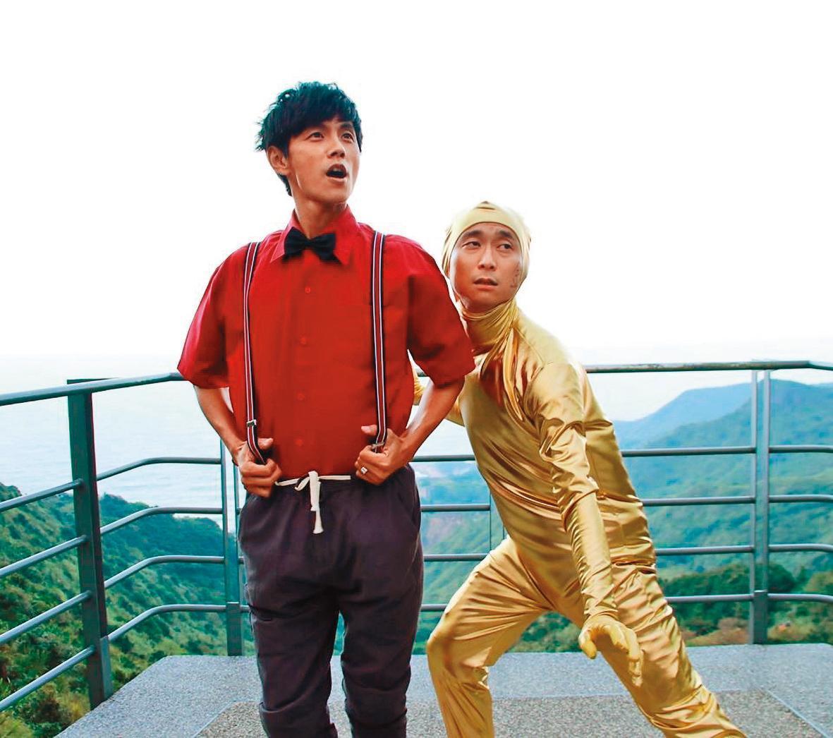 阿翔(左)已經甩開外遇風暴,目前繼續穩定主持新節目。右為浩子。(翻攝自浩角翔起笑一個臉書)