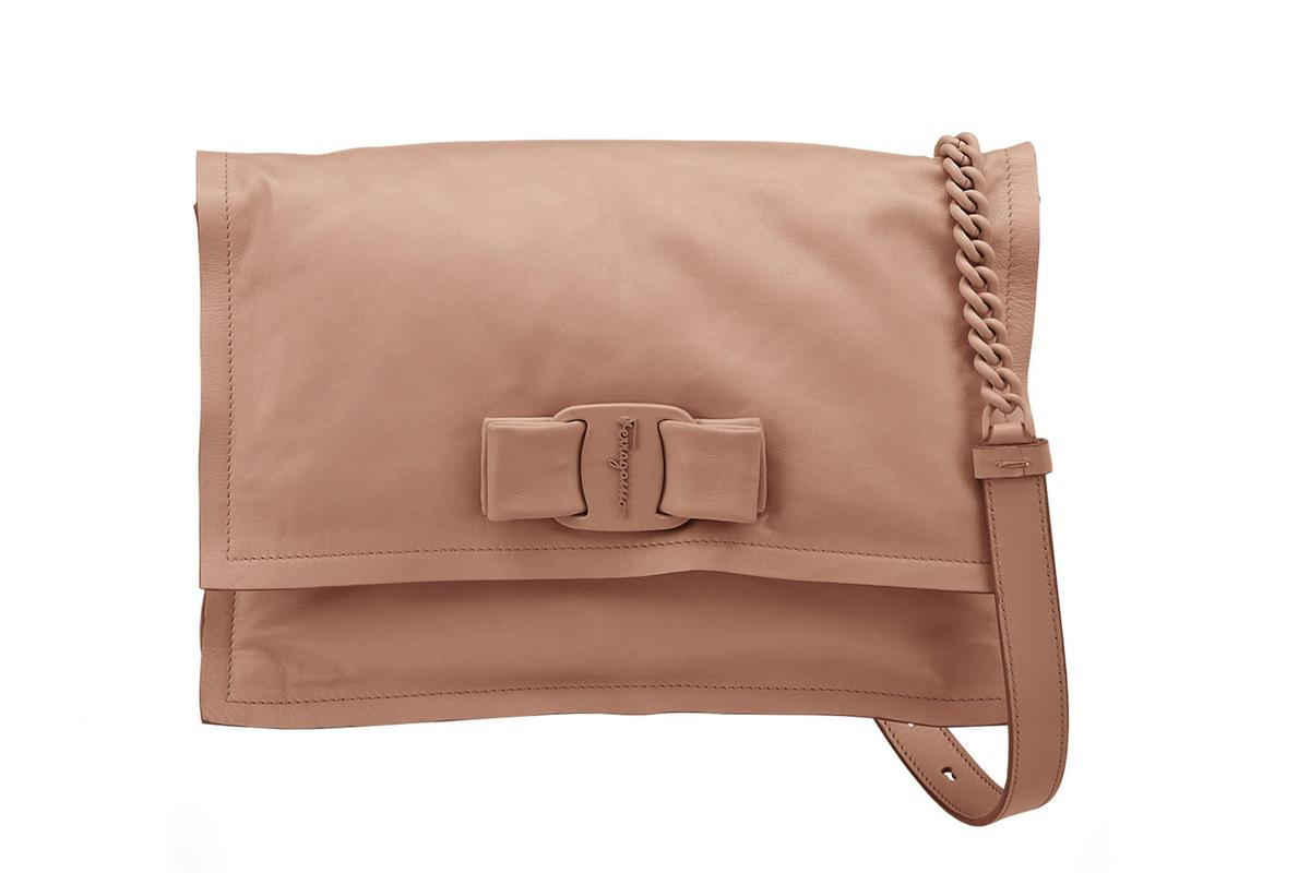 VIVA粉膚色蝴蝶結小牛皮肩背包 NT$46,900。(Ferragamo提供)