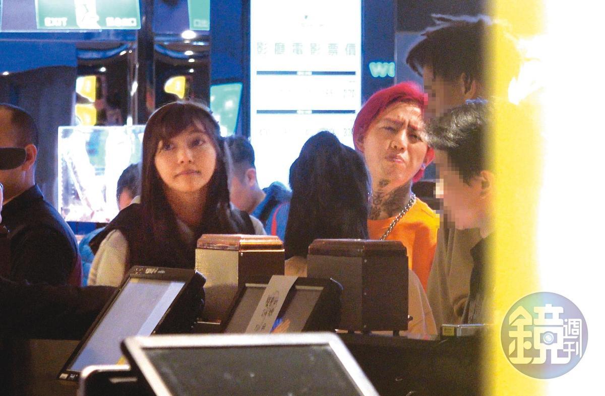 21:44,莉婭(左)跟謝和弦排隊等看電影,那天看完《葉問》之後小倆口還去報名打拳。