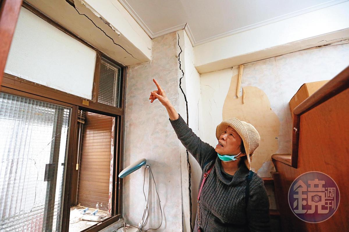 住戶陳老奶奶指著「已補強」的房間一隅,梁、柱上的裂痕教人怵目驚心。