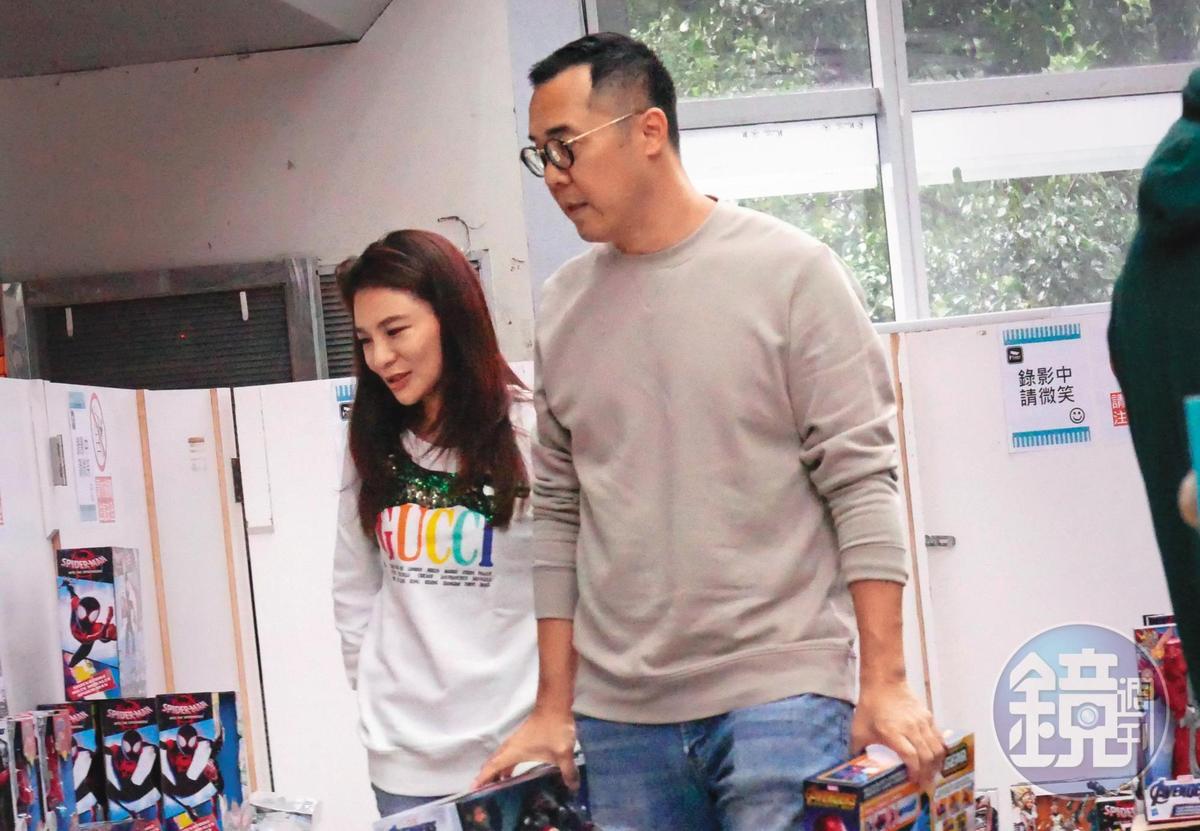 趙元同(右)在未與梁靜茹完成離婚手續前,就和林以婕相戀,兩人還手勾手一起買玩具。