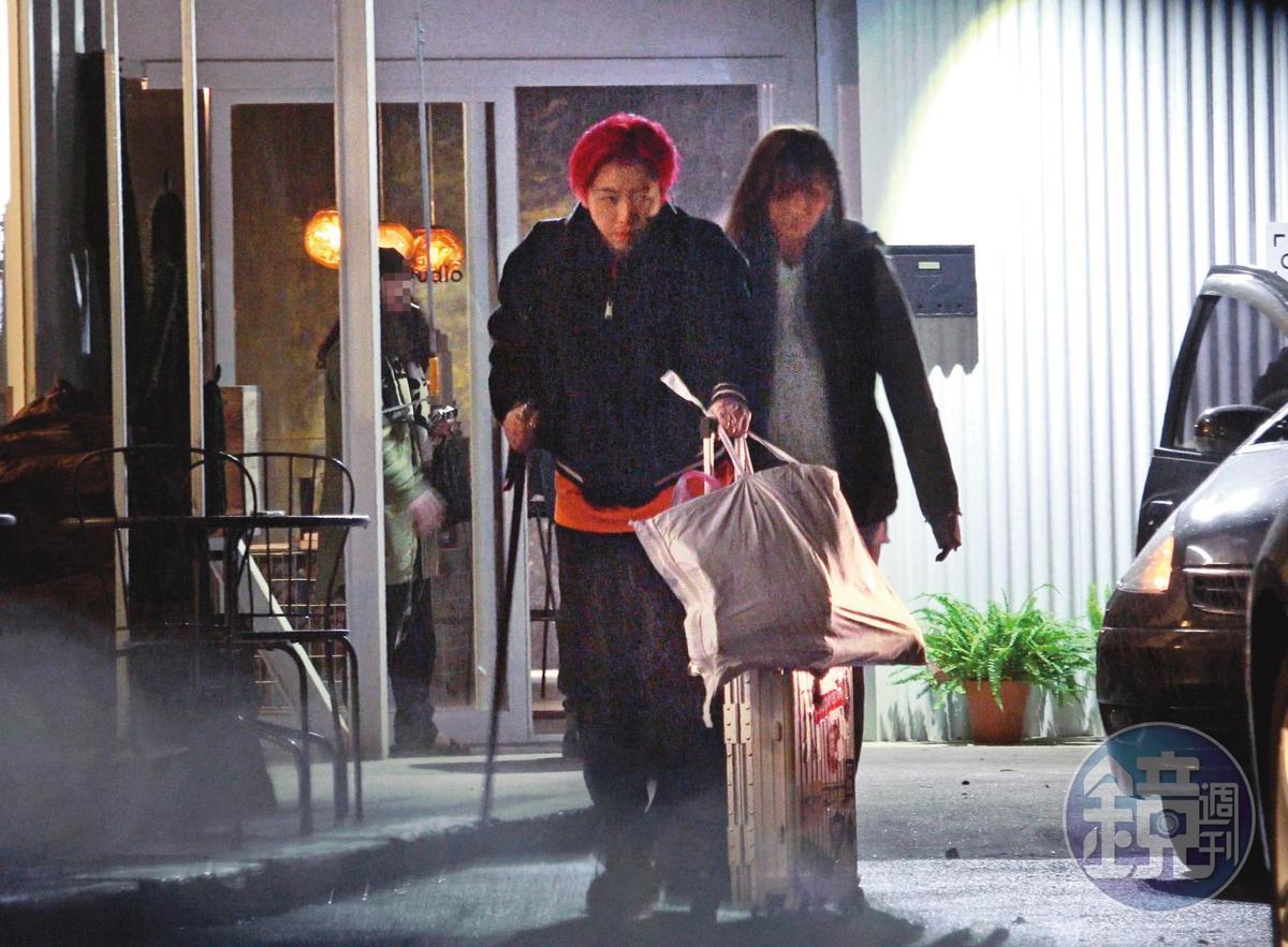 12月19日17:42,謝和弦(左)與莉婭約會時,身體總是緊緊靠在一起,不願分離。