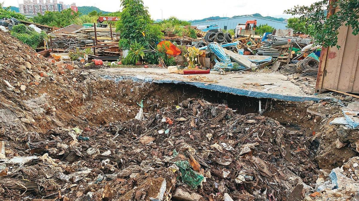 在新北市府出手前,五股垃圾山上非法砂石棧場所接收的營建廢棄物越堆越高。(新北市環保局提供)