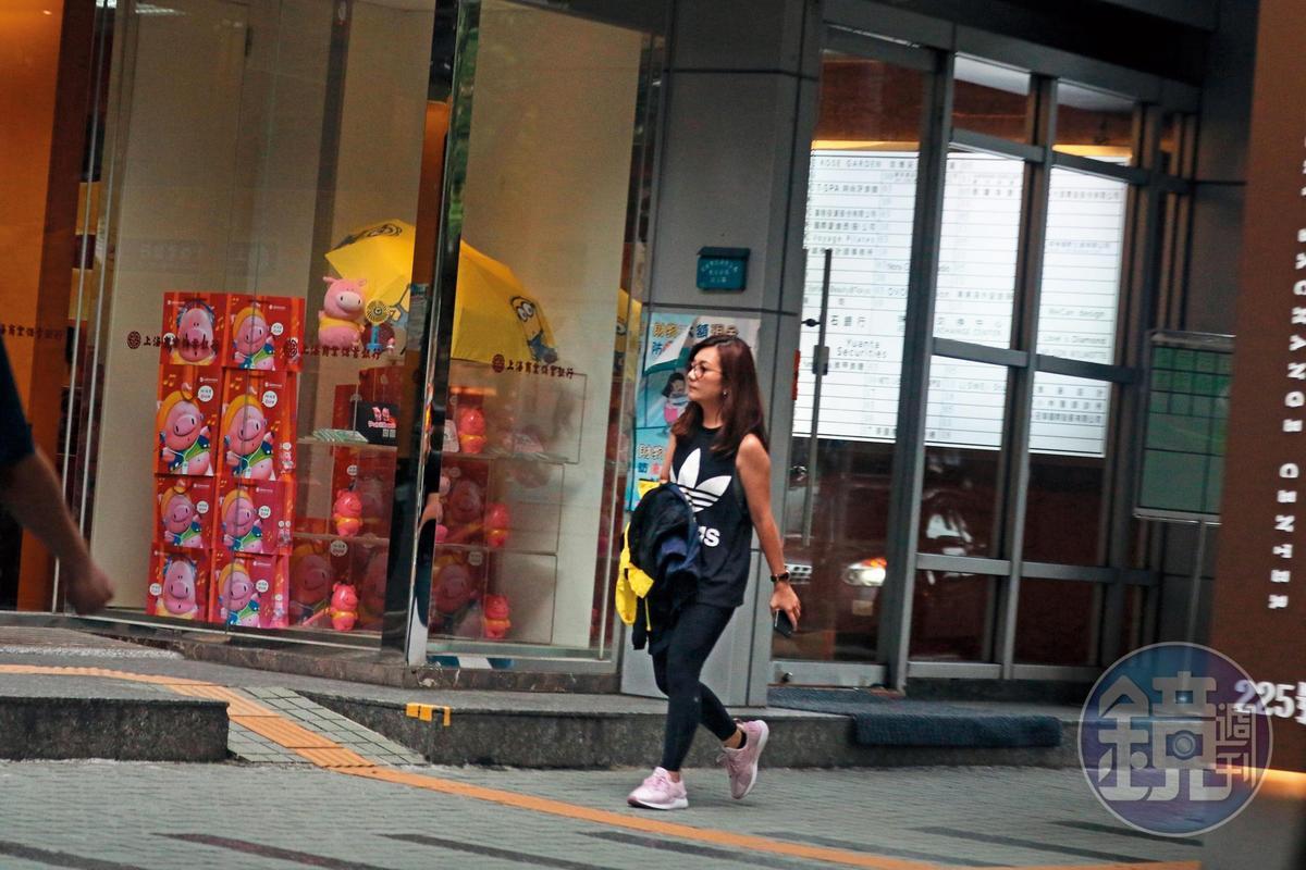 7/19 16:48 梁靜茹一身運動打扮,前往北市敦化南路上的私人健身房。