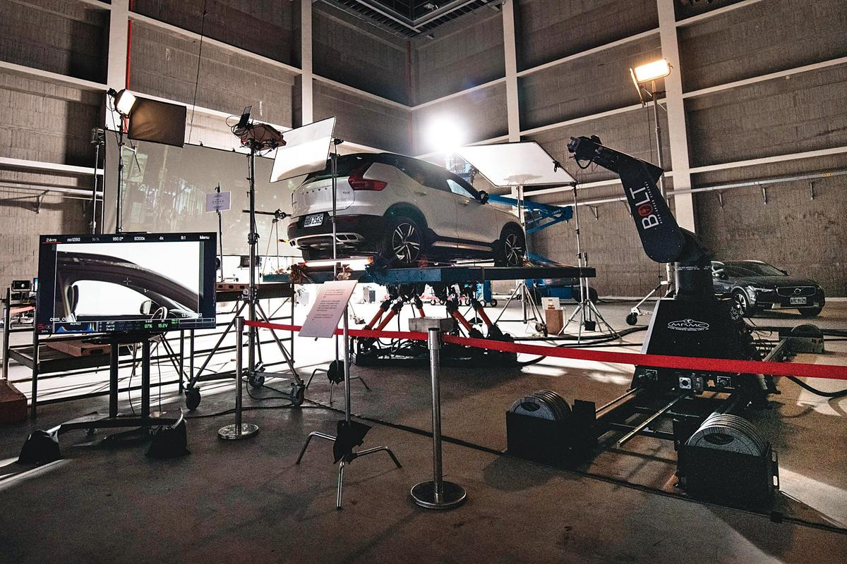 「6軸油壓動力平臺」能模仿各式交通工具移動,圖中的汽車可讓演員進入駕駛座,透過特效技術與不同背景合成出畫面效果。(中影八德提供)