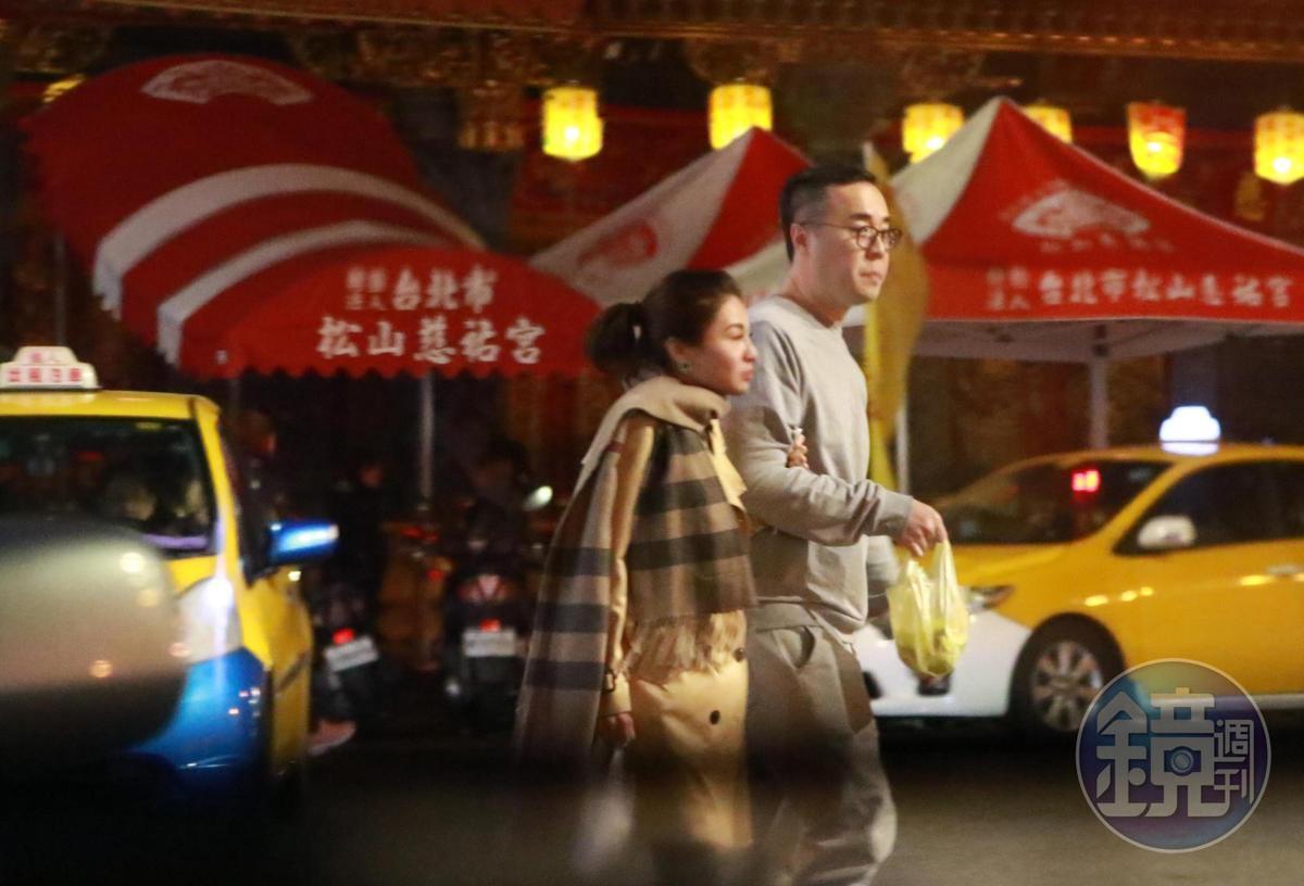 逛完寧夏夜市看來還不夠盡興,林以婕(左)勾著趙元同轉戰饒河夜市,趙元同的睡衣時尚與一身名牌的林以婕搭配,具衝突的喜感。