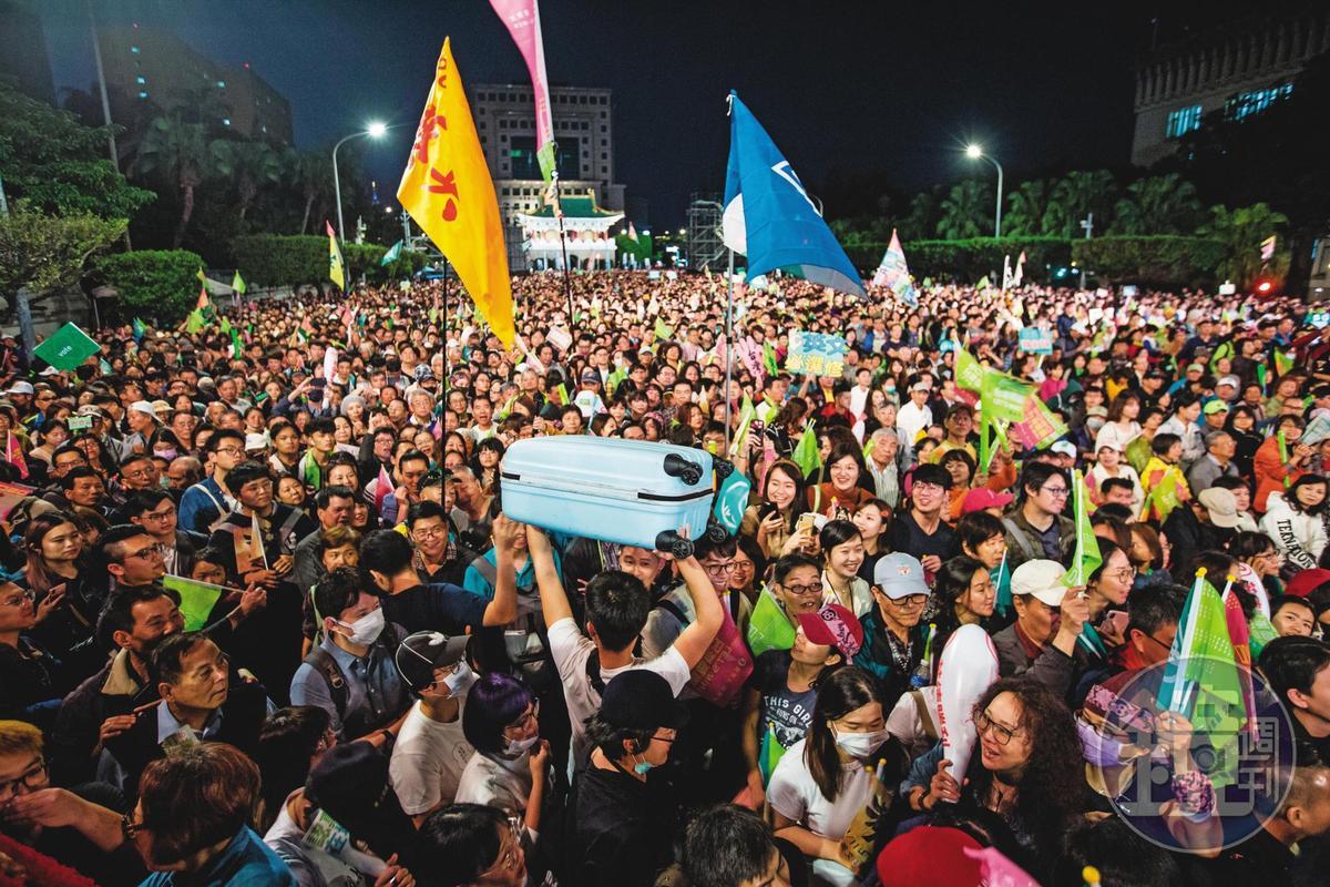 歷年選舉,投票情況一向不踴躍的年輕選民,在這次總統大選中扮演重要的角色,異鄉遊子也紛紛回家投票。