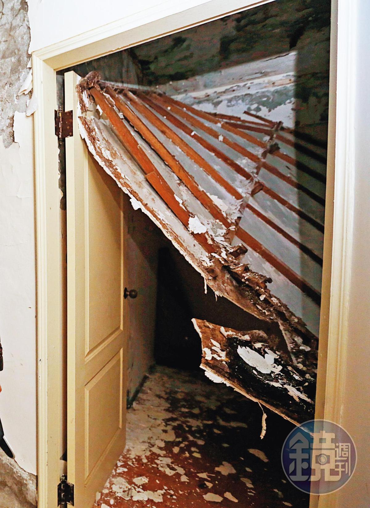 海砂屋的住戶常常難以入眠,圖為臥室天花板掉落的慘狀。