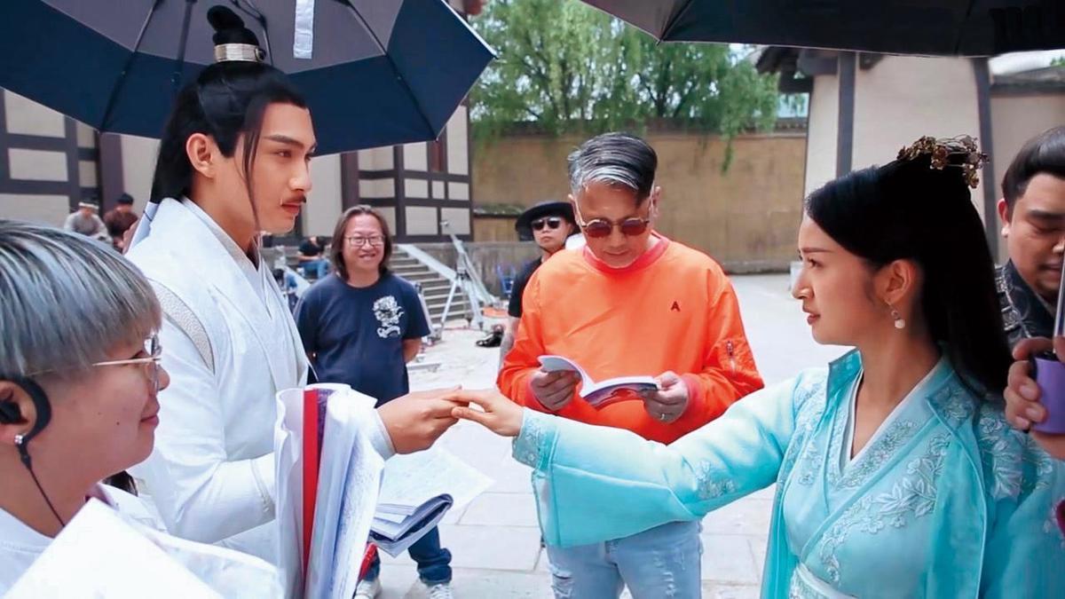 導演查傳誼(右二)為《小女花不棄》增添港式幽默,笑點有別於一般古裝劇。