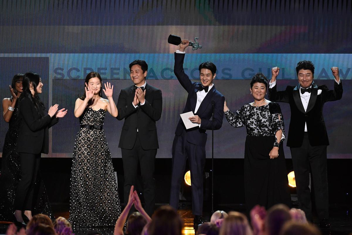 《寄生上流》難能可貴地以外語片資格得到最佳整體演出的最大獎。(SAG Awards twitter)