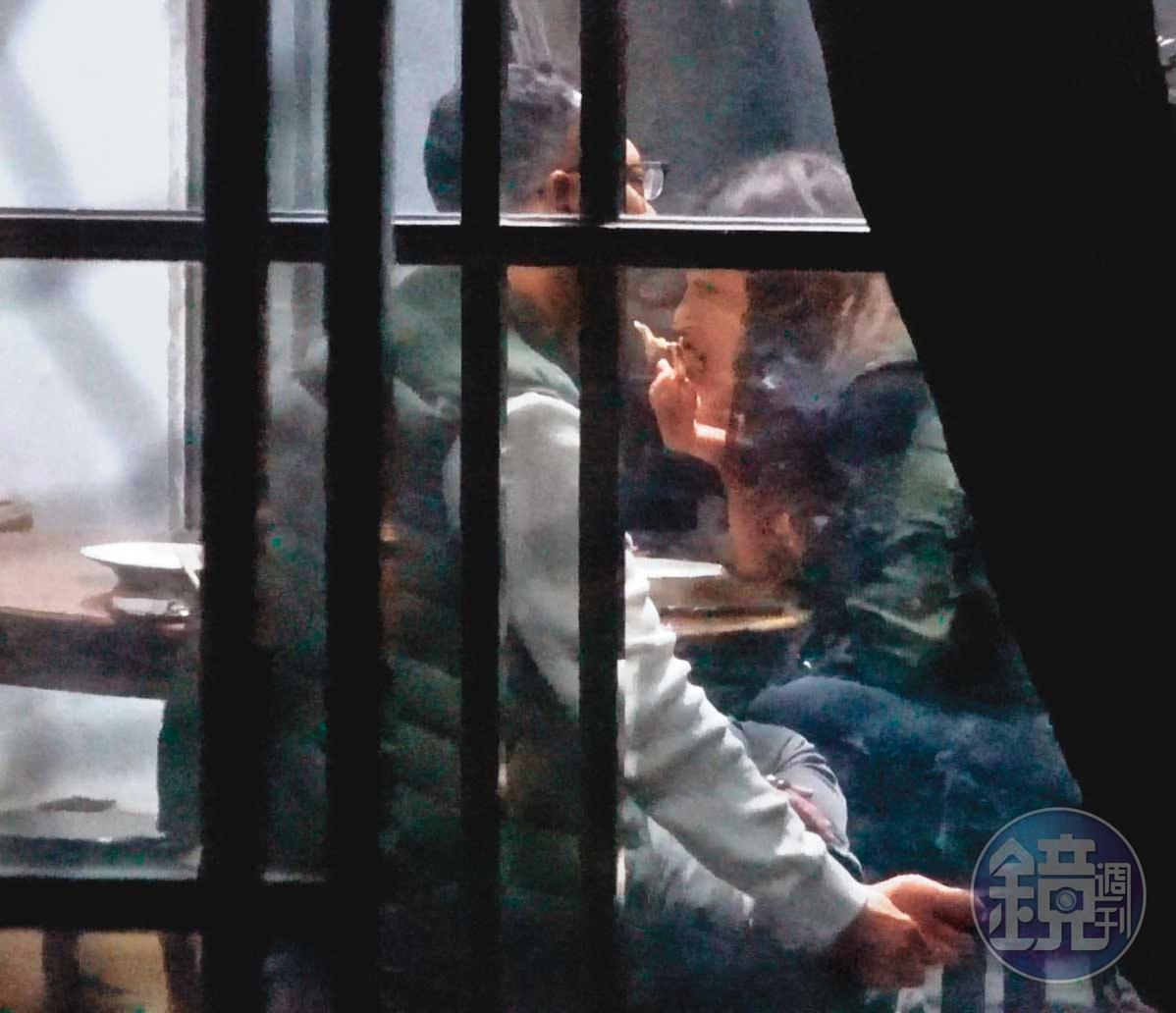 04/14 19:01 董德堉(左)和凌婉真(右)看似老夫老妻,董吃飯時甚至邊講手機邊摳腳。