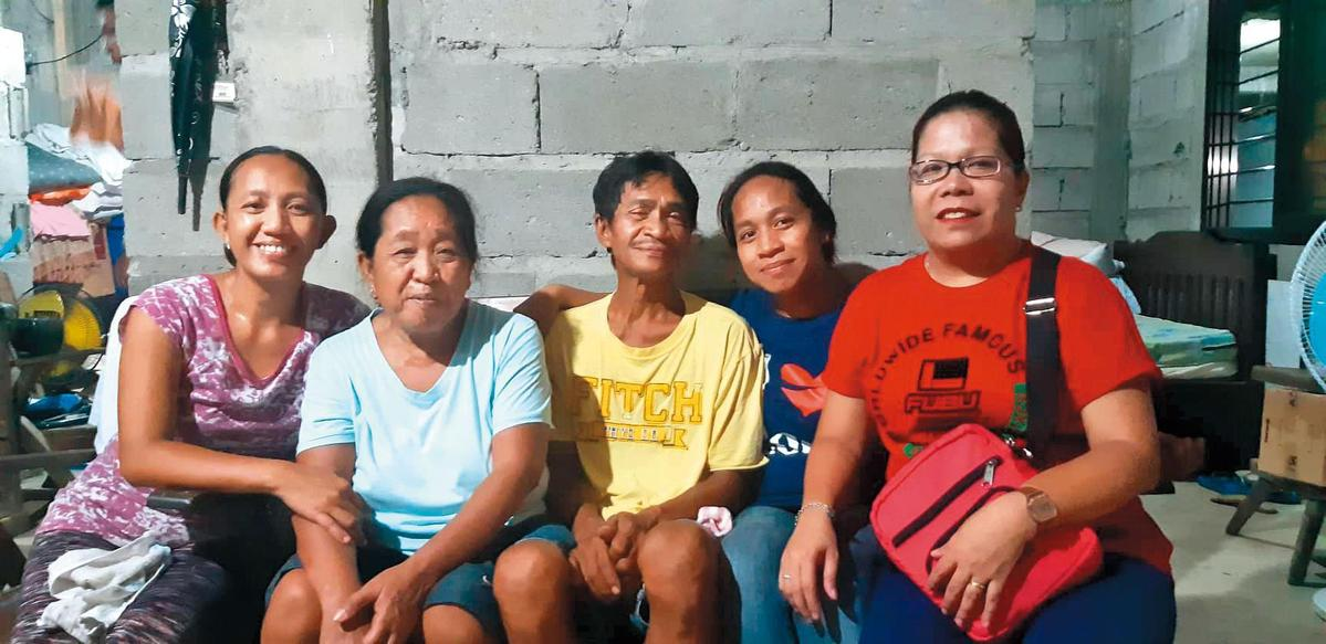 德希莉的母親(左二)及父親(中)在故鄉務農,父親平時也幫人蓋房子,如今終於可以蓋自己的房子。