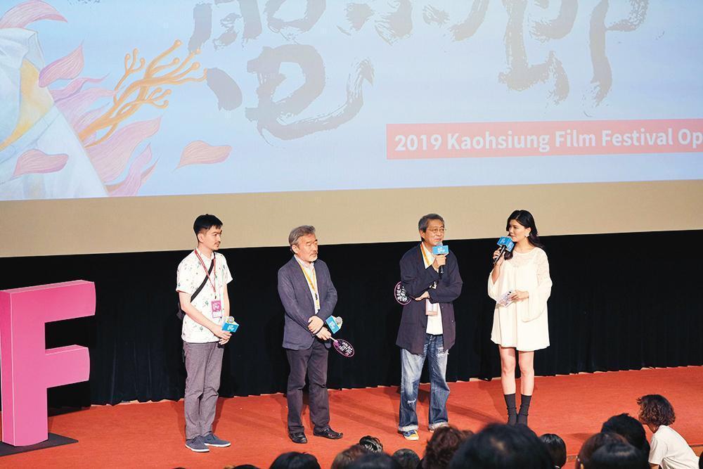 荒井晴彥(右二 )執導的《火口的二人》獲選為高雄電影節開幕片,他也應邀出席映後座談,左二為製片森重晃。(高雄電影節提供)
