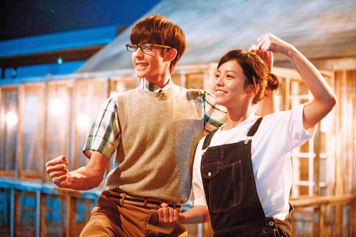 在《我的青春就是你》,宋芸樺有許多無邏輯搞笑。左為宋威龍。(群星瑞智提供)
